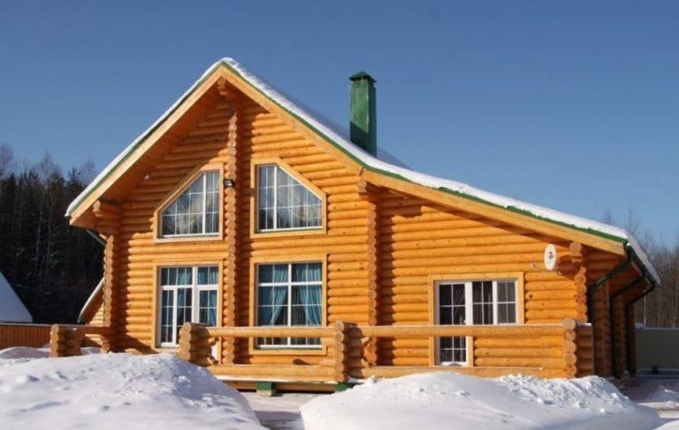 Дом из оцилиндрованного бревна зимой