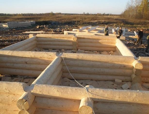 Строительная площадка домов из бревна